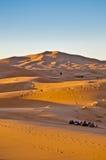 Sun steigt über Erg Chebbi bei Marokko stockfoto