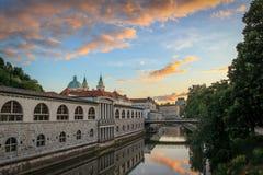 Sun stellt über das ruhige Wasser des Ljubljanica-Flusses, Slowenien ein stockfotografie