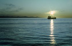 Sun stellt auf ein Boot ein, das auf den Pazifischen Ozean nahe Seattle reist Lizenzfreie Stockbilder