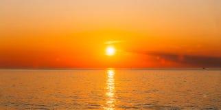 Sun stellt auf Horizont bei Sonnenuntergang-Sonnenaufgang über Meer oder Ozean ein stockbilder