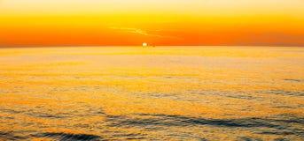 Sun stellt auf Horizont bei Sonnenuntergang-Sonnenaufgang über Meer oder Ozean ein lizenzfreie stockfotos