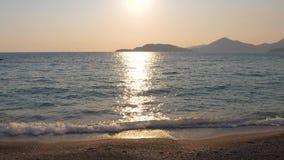 Sun stellt glänzende Straße auf dem Wasser, dem Ansicht-Funkeln und dem schimmernden Meer her 4K stock video