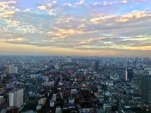 Sun stellte über Großstadtbewohner ein lizenzfreies stockfoto