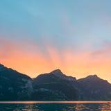 Sun stellte hinter die Bergspitzen in den Alpen von der Schweiz ein Stockfoto