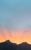 Sun stellte hinter die Bergspitzen in den Alpen von der Schweiz ein Stockfotos