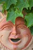 Sun stellte Mann mit Blättern gegenüber Stockfotos