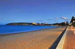 Sun stiger över den Manly stranden, Sydney, Australien arkivfoto