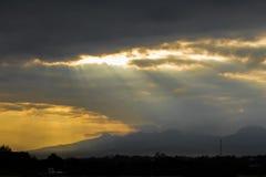 Sun str?lar till och med molnen royaltyfri foto