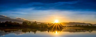 Sun-Strahl und blauer Himmel Stockfoto