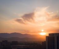 Sun-Strahlen über Berg stockbild