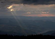 Sun-Strahlen auf einem drastischen Himmel lizenzfreies stockbild