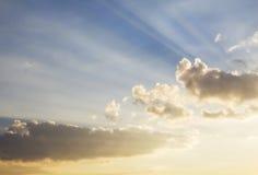 Sun-Strahlen des Lichtes durch Wolken Stockbilder