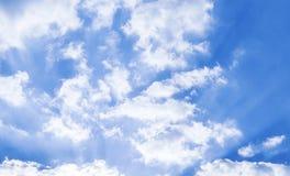Sun-Strahlen des Lichtes durch Wolken Lizenzfreies Stockbild