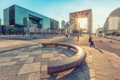 Sun-Strahlen, die durch das Grande Arche-Errichten überschreiten Lizenzfreie Stockbilder