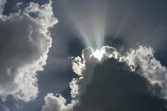 Sun-Strahlen durch die Wolken Lizenzfreies Stockbild