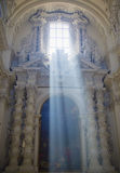 Sun-Strahlen durch Kirchen-Fenster Lizenzfreie Stockbilder