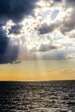 Sun-Strahlen durch stürmische Wolken Stockfotos