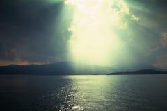 Sun-Strahlen durch Sturm stockfotos