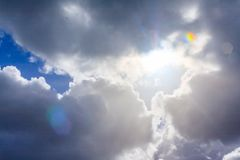 Sun-Strahlen durchbohren die Wolken und erreichen unten Stockfotografie
