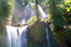 Sun-Strahlen glänzen auf abgestuftem Wasserfall - fällt Nebenfluss-Fälle, Washington, pazifischer Nordwesten lizenzfreies stockbild