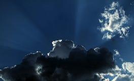 Sun-Strahlen hinter stürmischen Wolken Lizenzfreies Stockbild
