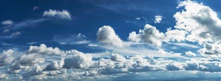 Sun-Strahlen im bewölkten Himmel Lizenzfreies Stockfoto