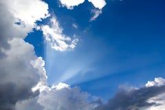 Sun-Strahlen im blauen Himmel Stockbild
