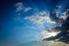 Sun-Strahlen und dunkle Wolken Lizenzfreies Stockbild