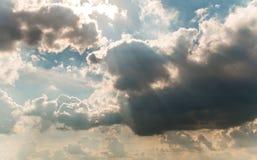 Sun-Strahlen und -wolken Stockfotografie
