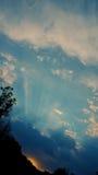 Sun-Strahln- und -wolkensonnenuntergang Stockfoto