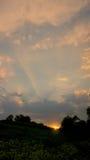 Sun-Strahln- und -wolkensonnenuntergang Lizenzfreie Stockfotografie