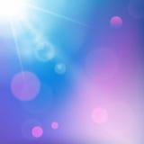 Sun strahlt auf blauem und Purpur farbigem Hintergrund aus Stockfotos