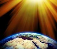 Sun strahlt auf Erde aus - bedecken Sie Beschaffenheit durch NASA.gov mit Erde Stockfotos
