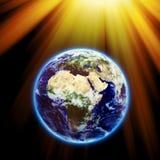 Sun strahlt auf Erde aus - bedecken Sie Beschaffenheit durch NASA.gov mit Erde Stockfotografie