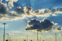 Sun strahlt das Brechen durch Wolken auf einem drastischen Himmel aus Lizenzfreies Stockfoto