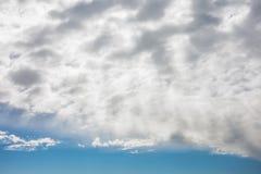 Sun strahlt das Hinaufklettern im blauen Himmel mit Schicht Wolken aus stockbilder