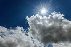 Sun strahlt das Hinaufklettern im blauen Himmel mit Schicht Wolken aus, die von oben angesehen werden stockbild