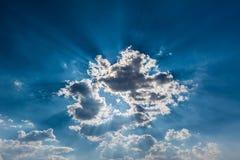 Sun strahlt Durchdringen durch die Wolke aus Lizenzfreies Stockbild