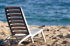 Sun-Stuhl auf dem Strand Lizenzfreie Stockbilder