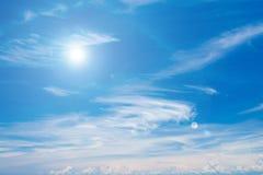 Sun su cielo blu con il chiarore della lente Immagine Stock