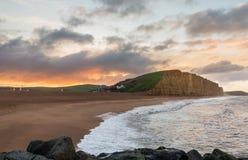 Sun sube en la bahía del oeste Dorset en Reino Unido imagen de archivo