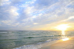 Sun sube en la playa blanca hermosa de la Florida de la arena Imagen de archivo libre de regalías