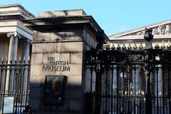 Sun sube sobre British Museum Imágenes de archivo libres de regalías