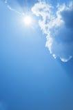 Sun, Sunbeam, nuvola e cielo blu Fondo e struttura immagini stock libere da diritti
