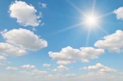 Sun sur le ciel bleu images libres de droits