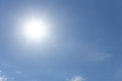 Sun sur le ciel bleu Photographie stock libre de droits
