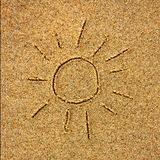 Sun tirado na areia em uma praia ensolarada perto do mar Imagem de Stock
