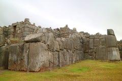 The Sun-Tor INTIPUNKU geschrieben auf den Wegweiser von Sacsayhuaman-Inkas historische Festung, Cusco, Peru lizenzfreie stockfotografie
