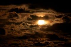 Sun a través de las nubes oscuras fotografía de archivo