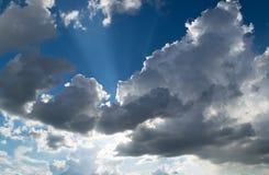 Sun traversant des nuages Images libres de droits